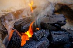 Comece o fogo tailandês do carvão vegetal, fogão tailandês, cozinhando a ferramenta C tradicional Foto de Stock