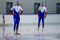 Comece o homem de patinagem de uma velocidade de 500 m Fotografia de Stock Royalty Free