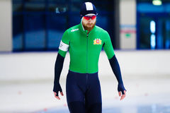 Comece o homem de patinagem de uma velocidade de 500 m Imagem de Stock