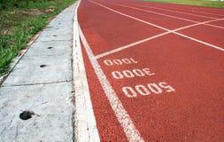 Comece o ponto para um thoudsand três e cinco na pista de atletismo Fotografia de Stock Royalty Free
