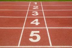 Comece ou termine a posição sobre a pista de atletismo Imagem de Stock Royalty Free