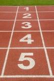 Comece ou termine a posição sobre a pista de atletismo Foto de Stock