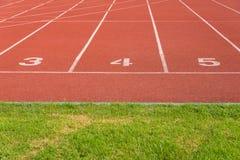 Comece pistas da trilha 3 4 5 de uma trilha de competência vermelha Foto de Stock