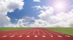Comece a trilha. alinhe em uma pista de atletismo vermelha Fotos de Stock
