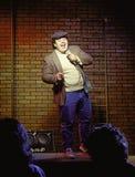 Comediante de pé do homem novo Imagens de Stock