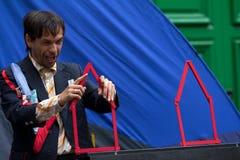Comediante que constrói casas vermelhas. Fotografia de Stock Royalty Free