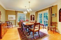 Comedor amueblado elegante con el SE rústico de madera de la mesa de comedor Imágenes de archivo libres de regalías