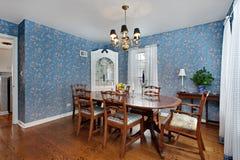 Comedor con el papel pintado azul Imágenes de archivo libres de regalías