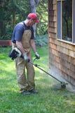 Comedor de mala hierba del recorte del trabajo de yarda Fotos de archivo