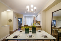 Comedor moderno en una casa de lujo imagen de archivo libre de regalías