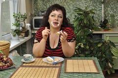 Comedor poner crema Fotografía de archivo