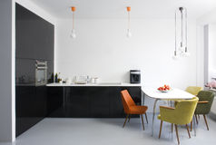 Comedor y cocina modernos foto de archivo