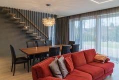 Comedor y sala de estar dentro de la casa moderna imagen de archivo libre de regalías