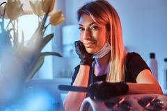 Comely weiblicher Manikürist lächelt zur Kamera stockbild