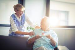 A comemoração fêmea superior do doutor superior equipa o aniversário no hospital foto de stock royalty free