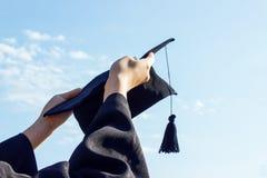 Comemoração graduada com o tampão em sua mão, sentindo tão orgulhoso e em felicidade no dia de começo imagens de stock