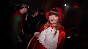 Comemorando Dia das Bruxas no clube noturno no traje filme