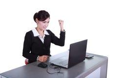 Comemorando a mulher de negócios com laptop Fotografia de Stock