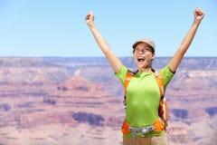 Comemorando a mulher feliz Grand Canyon do caminhante imagem de stock