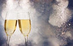 Comemorando o ano novo com champanhe e fogos-de-artifício Foto de Stock