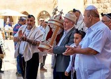 Comemorando o bar mitsva na parede ocidental no Jerusalém Fotografia de Stock Royalty Free