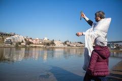 Comemorando o batismo de Jesus e do esmagamento que banham-se no rio de Douro na paróquia da igreja ortodoxa do russo Imagem de Stock