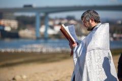 Comemorando o batismo de Jesus na paróquia da igreja ortodoxa do russo perto do rio de Douro Imagens de Stock
