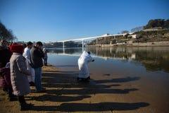 Comemorando o batismo de Jesus na paróquia da igreja ortodoxa do russo perto do rio de Douro Imagem de Stock Royalty Free