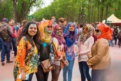 Comemorando o festival indiano das cores e a mola Holi no parque de Gorky fotos de stock