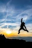 Comemorando o sucesso no por do sol Fotos de Stock Royalty Free