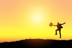 Comemorando o sucesso Silhueta do homem de negócios entusiasmado feliz que salta na terra fotos de stock