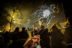 Comemorando a véspera de anos novos com vinho espumante e chuveirinhos foto de stock royalty free