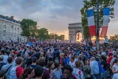 Comemorando a vitória do futebol em Paris após os 2018 campeonatos do mundo fotografia de stock