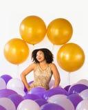 Comemore boas épocas! A jovem mulher de riso atrativa comemora com balões fotografia de stock royalty free