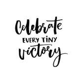 Comemore cada vitória minúscula Citações inspiradores sobre o progresso e os sonhos Provérbio inspirado Vetor preto ilustração royalty free