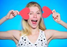 Comemore o dia de Valentim Louco no amor Sonho romântico do humor da menina sobre a data Amor e romance Posse alegre da menina da imagem de stock royalty free