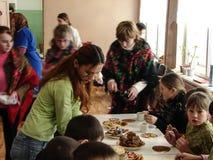 Comemore o feriado popular Maslenitsa do russo em uma escola da vila na região de Kaluga Fotografia de Stock