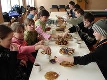 Comemore o feriado popular Maslenitsa do russo em uma escola da vila na região de Kaluga Fotos de Stock Royalty Free