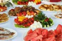 Comemore a tabela de banquete com alimento Fotografia de Stock Royalty Free