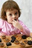 Comendo bolos de chocolate foto de stock