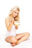 Comendo cereais Foto de Stock