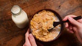 Comendo flocos de milho com leite video estoque
