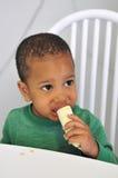 Comendo a fruta Fotografia de Stock Royalty Free