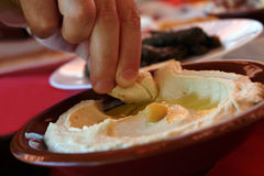 Comendo Hummus com Pita Bread Imagens de Stock Royalty Free