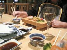 Comendo japoneses em um restaurante fotografia de stock