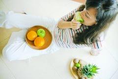 Comendo a maçã Foto de Stock Royalty Free