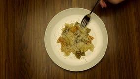 Comendo a massa com forquilha vídeos de arquivo