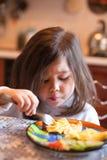 Comendo a menina Fotografia de Stock Royalty Free