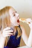 Comendo a menina bonito Fotografia de Stock