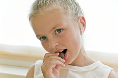 Comendo a menina bonito Fotos de Stock Royalty Free